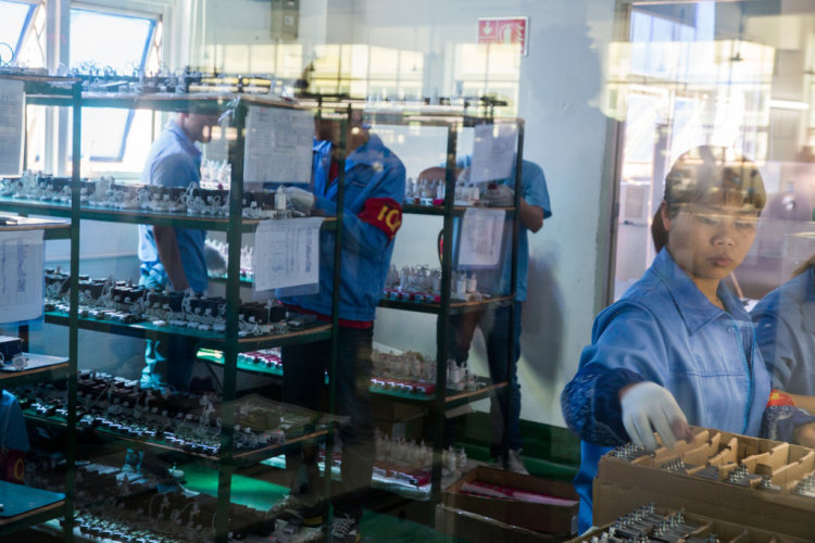 Workers at Shenzhen e-cig company Innokin assembling products. Sim Chi Yin/The New York Times