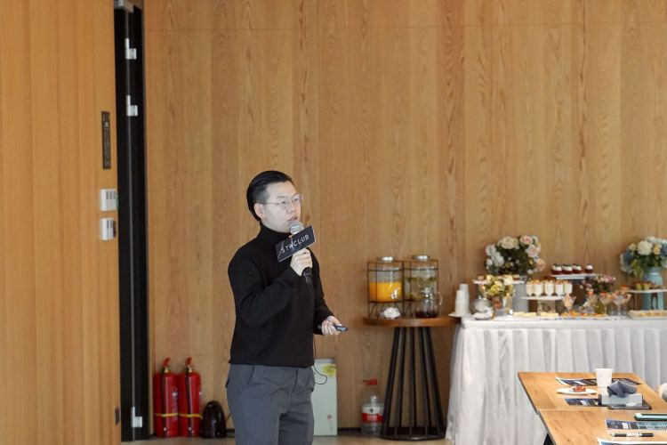Devin He, the Investment Director at Grand View Capital, speaking at SYNClub. Image: PINGWEST