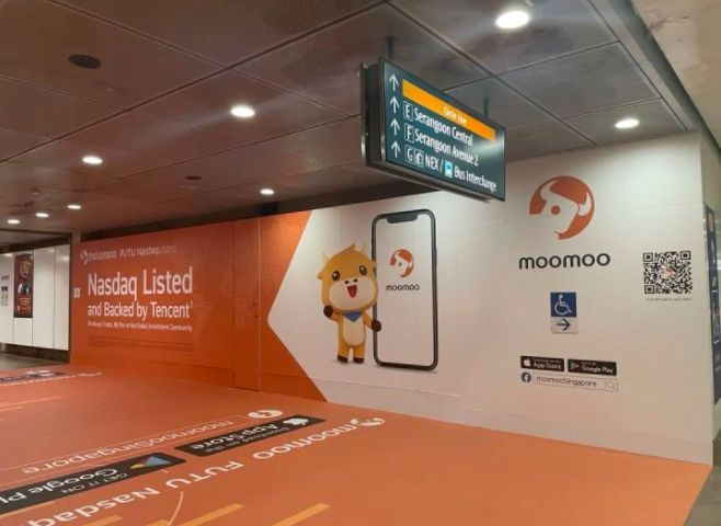 Moomoo's ad in Singapore's subway station