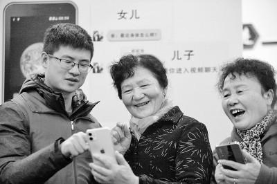 Volunteer social worker teaching elderly citizens how to use smartphones. Image Credit: Xinhua News Agency